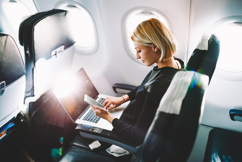 Mulher a viajar num avião